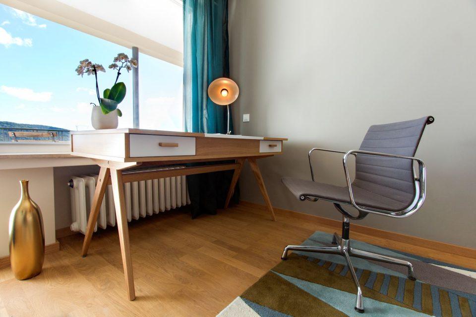 Schreibtisch im Patientenzimmer