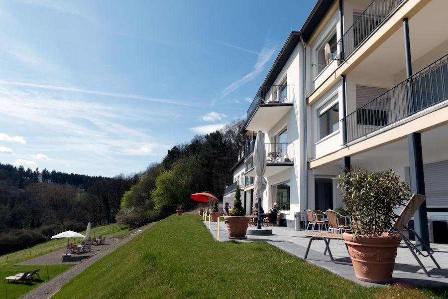 Große Außenterrasse der Lifespring-Privatklinik mit Blick in Richtung Bad Münstereifel, NRW