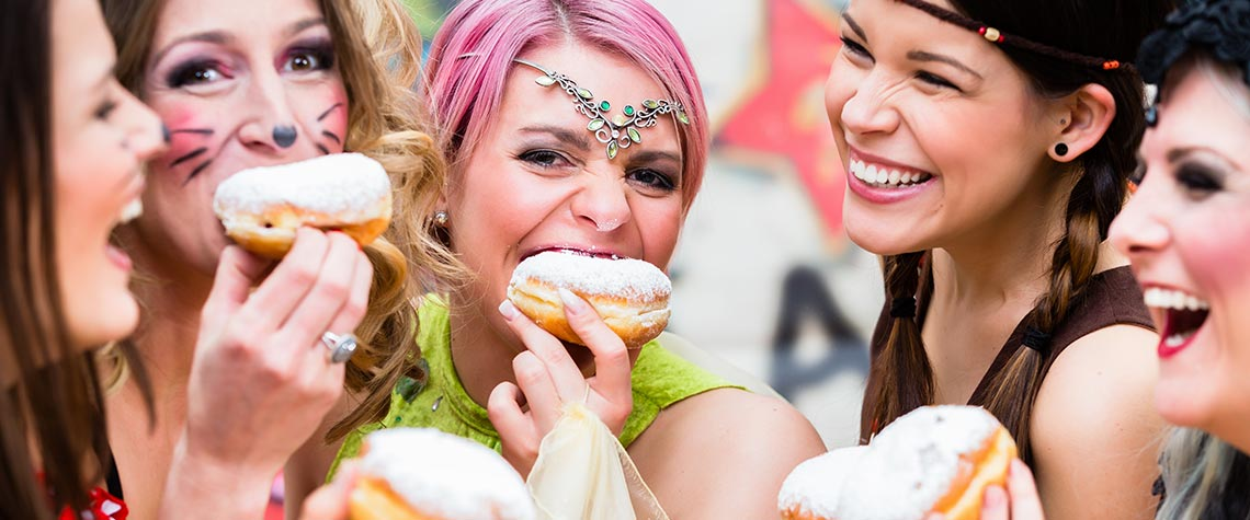 Fröhliche Menschen die Karneval feiern