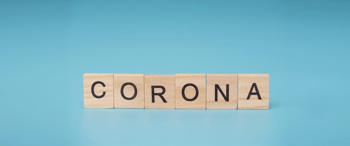 Holzwürfel mit Corona Aufschrift